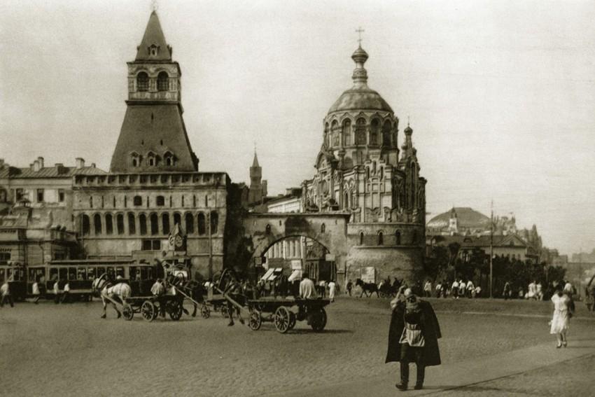 Часовня Пантелеймона Целителя рядом с Владимирскими воротами.