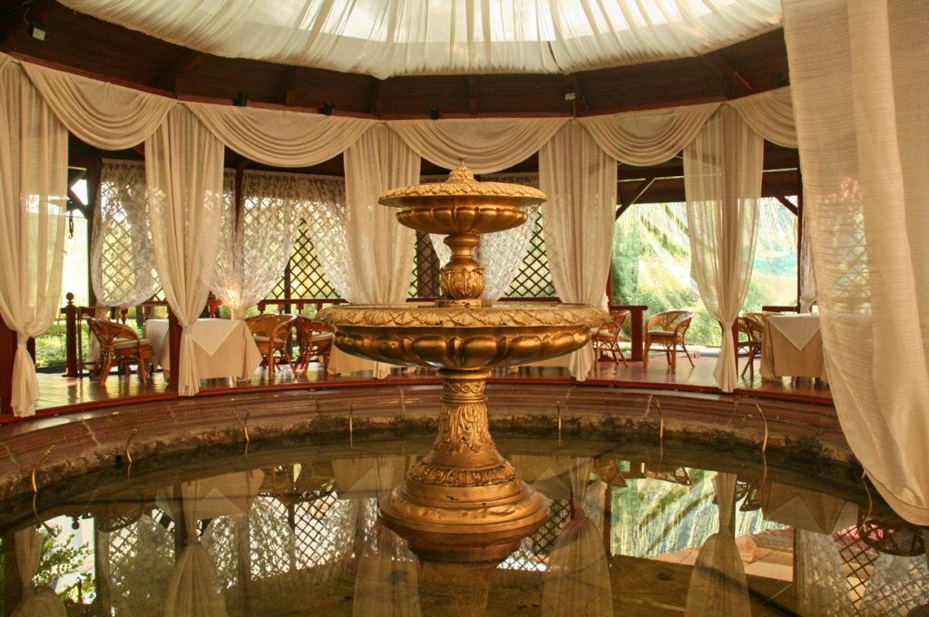 фонтан на внутреннем дворике ресторана Яръ