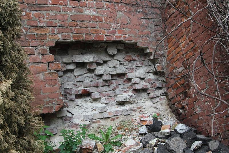 Фрагменты фундамента Варварских ворот и участка стены