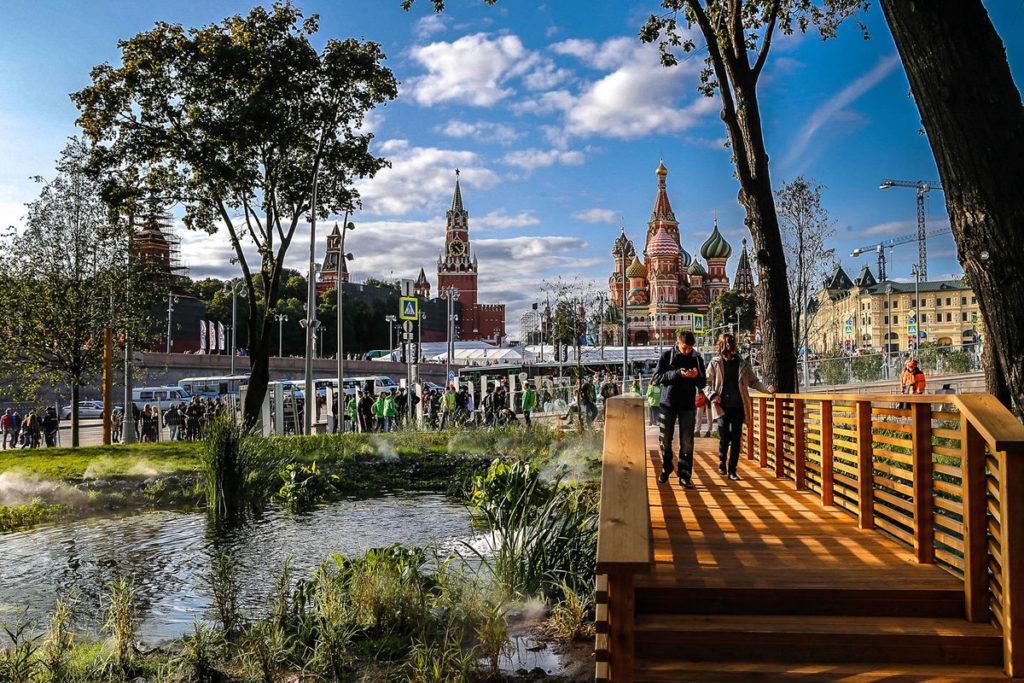 Парк Зарядье и вид на Кремль