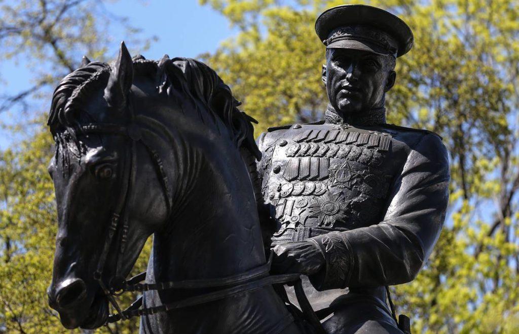 Памятник маршалу К. К. Рокоссовскому