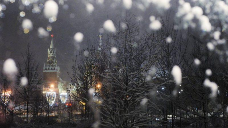 Москва ночью при снегопаде