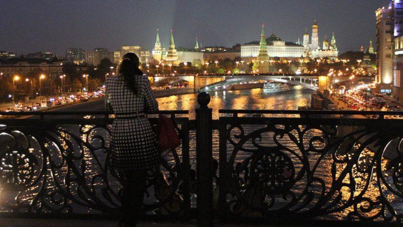 Девушка грустит на мосту