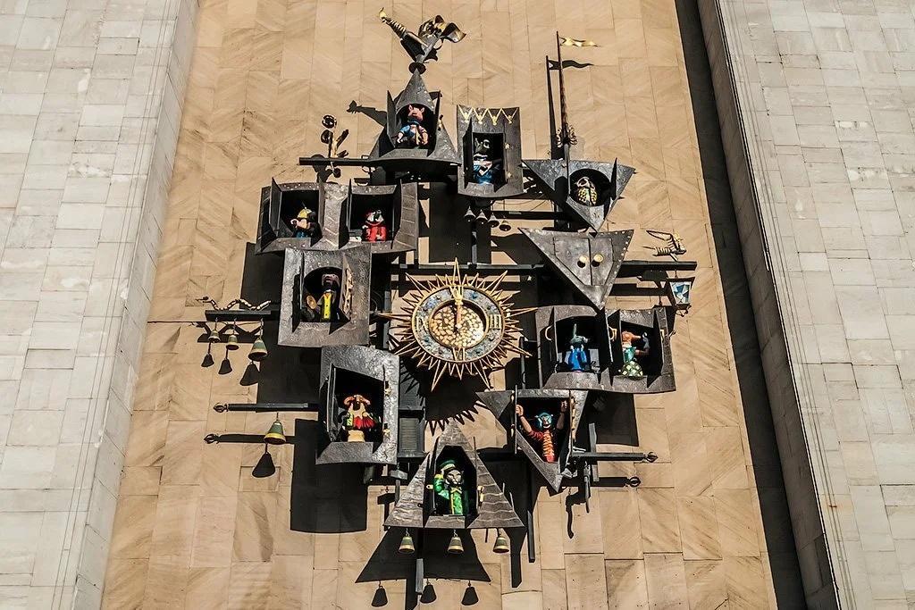Сказочные часы на стене театра Образцова