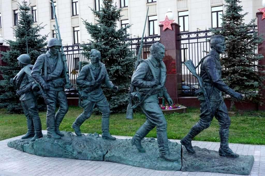 Фрунзенская набережная - скульптура Они сражались за родину