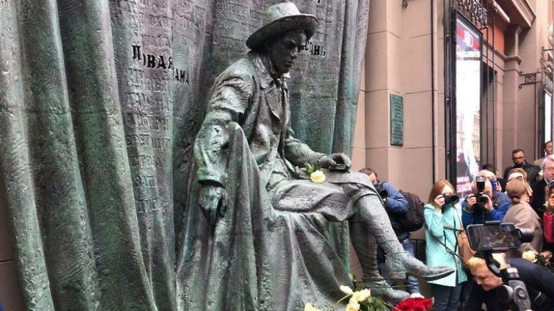 памятник Вахтангову на Арбате