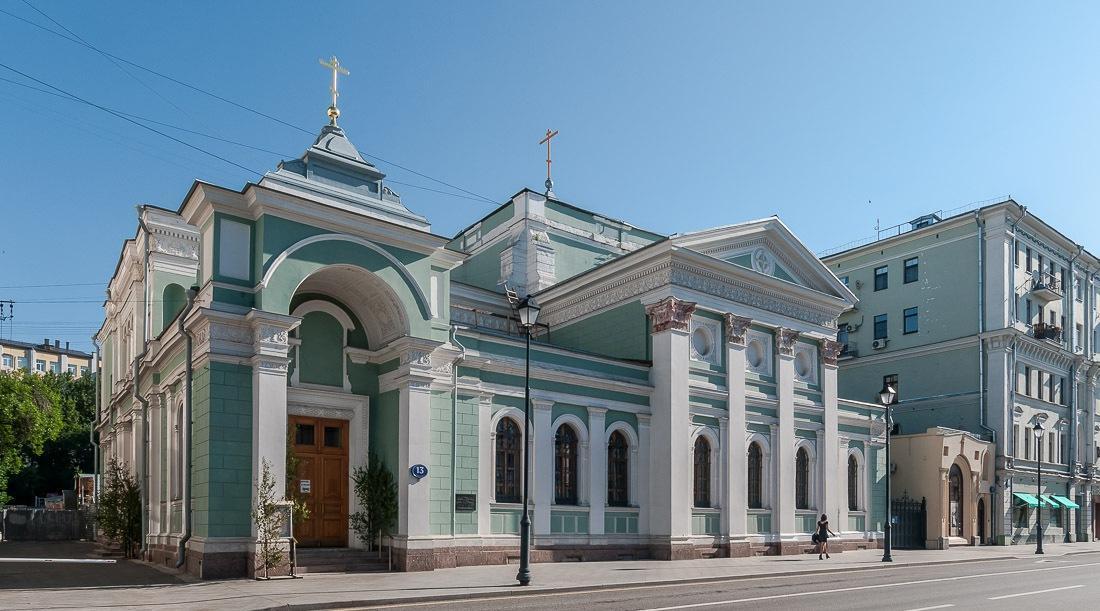 Дом 13 на улице Покровка - Храм Троицы Живоначальной