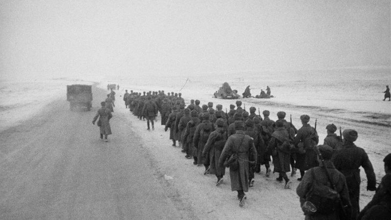 Кремлевские курсанты идут на поле битвы