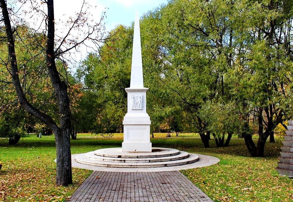 Обелиск, посвященный воинам-защитникам Земли Русской в усадьбе Воронцово