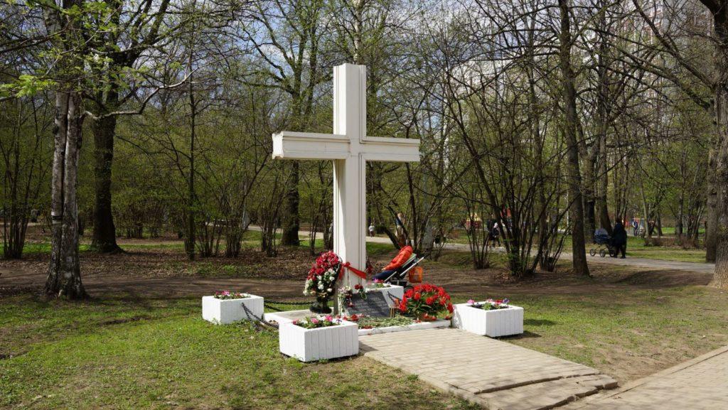 Поклонный крест в усадьбе Воронцово