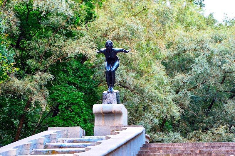 Статуя девушка купальщица