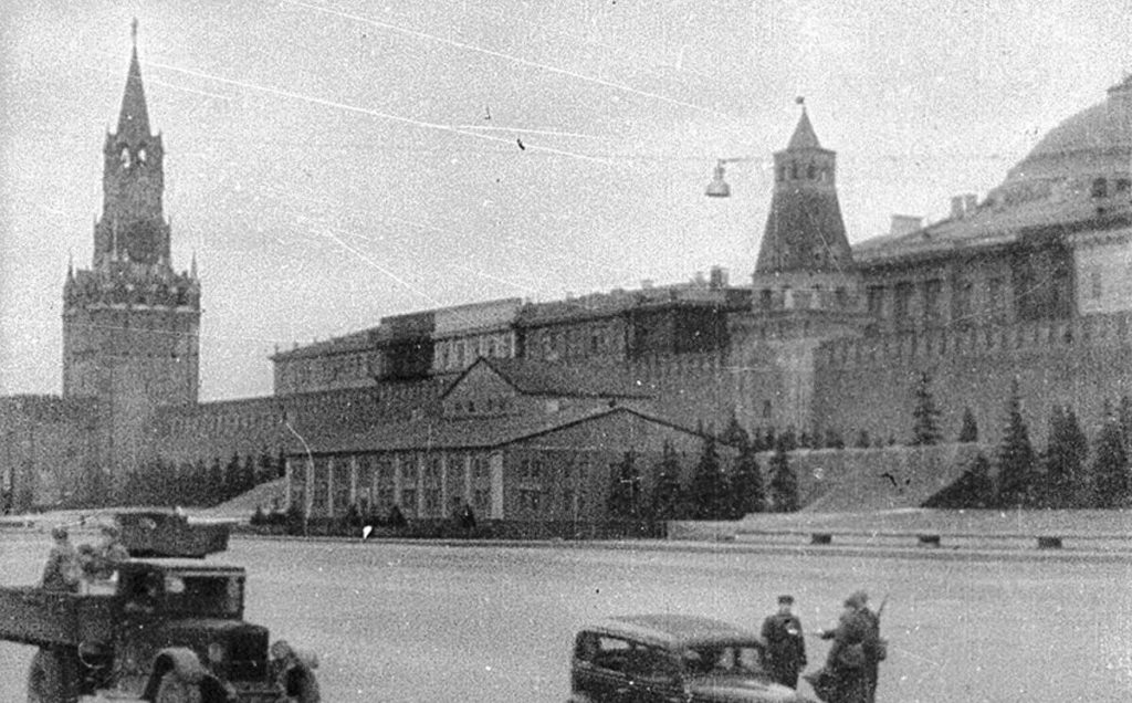 Мавзолей Ленина после маскировки