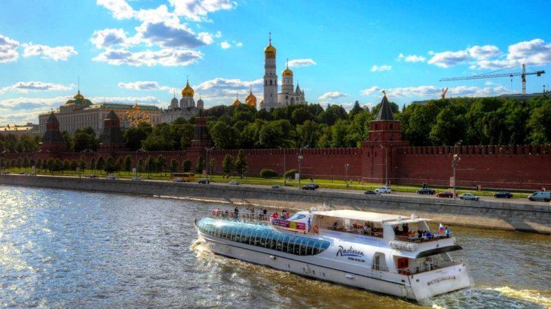 Катер плывет по Москве реке