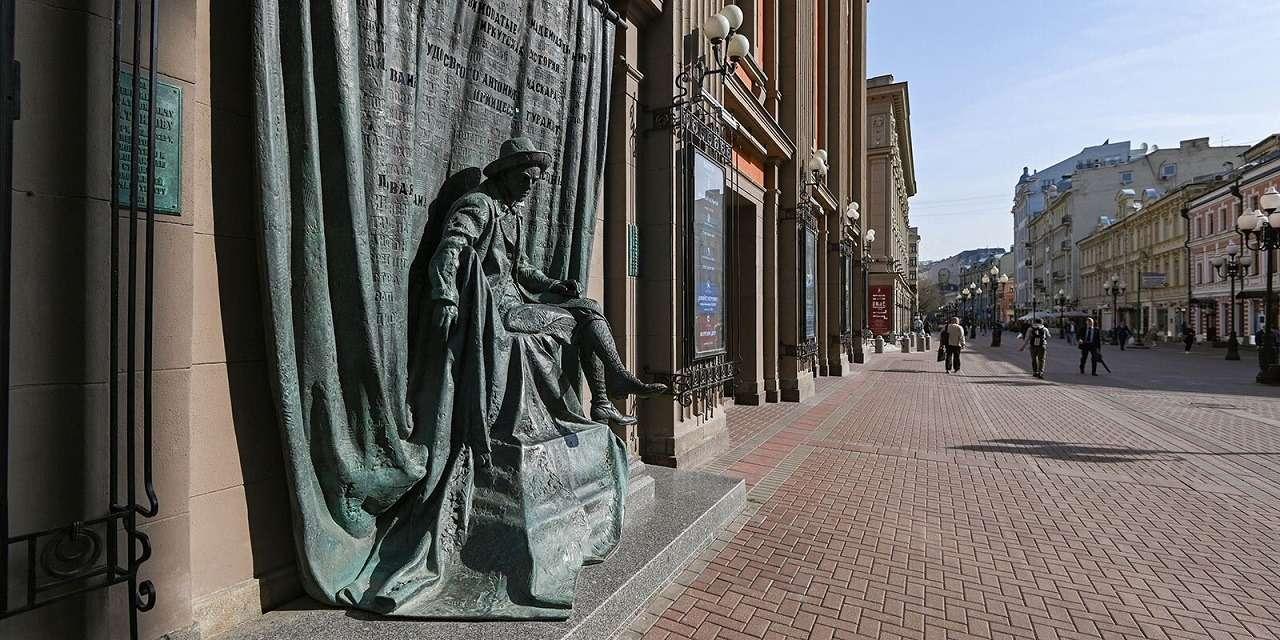 Скульптурная композиция Театра имени Евгения Вахтангова