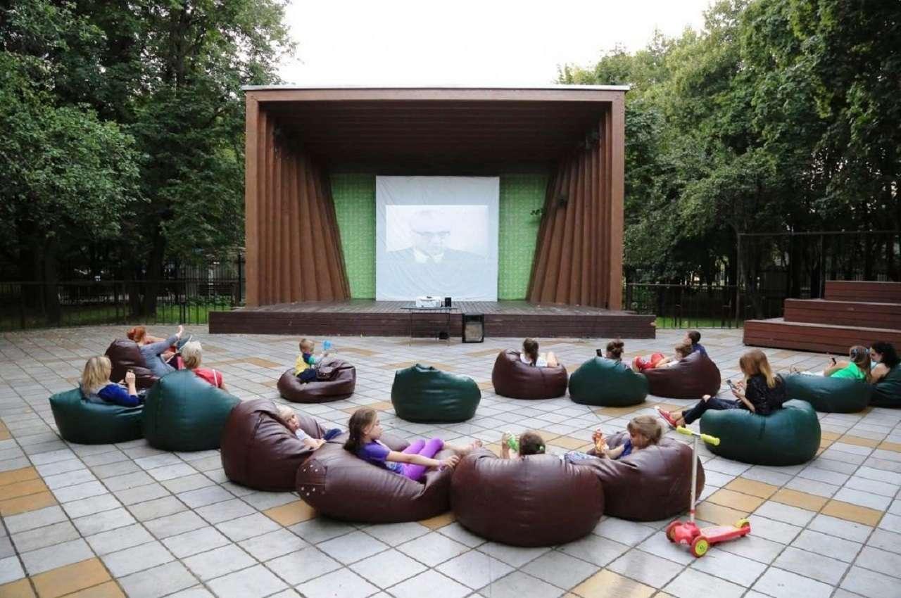 Летний кинотеатр в Перовском парке