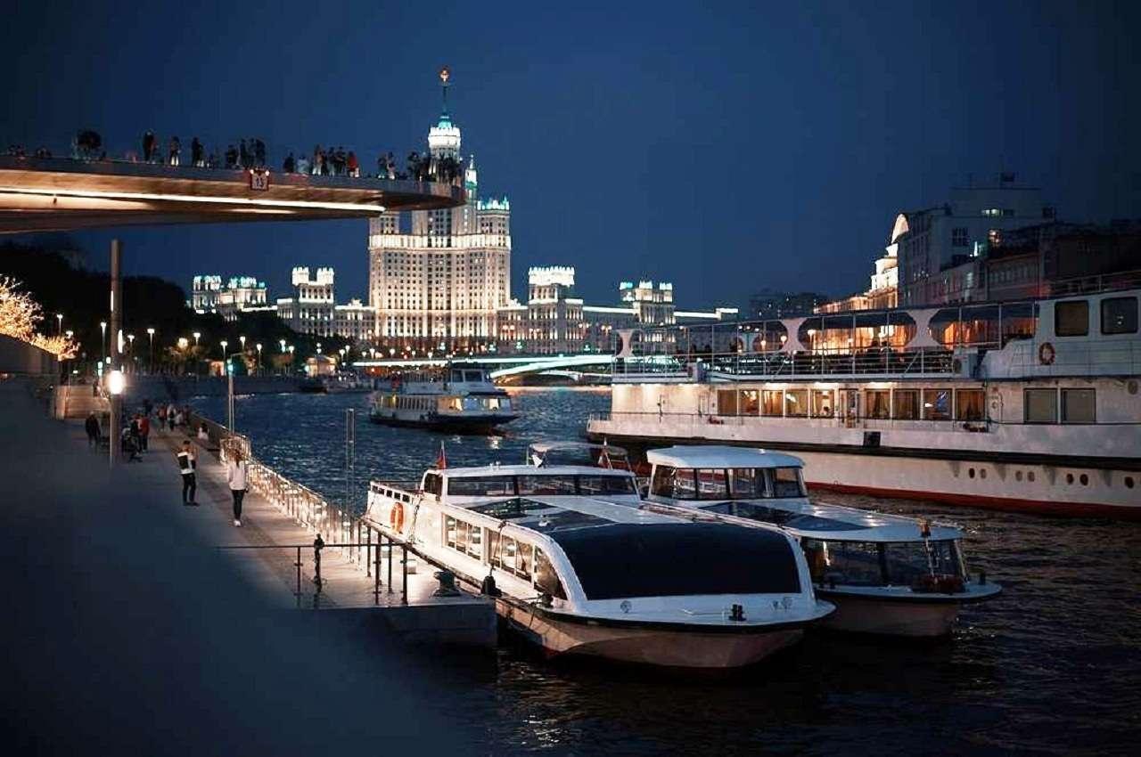 Прогулка по Москве-реке на теплоходе по маршрутуотделовогоцентра допаркакультуры и отдыха «Зарядье»
