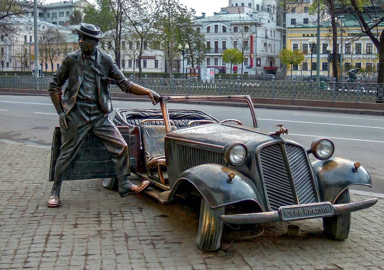 Скульптура Никулина на Цветном бульваре в Москве