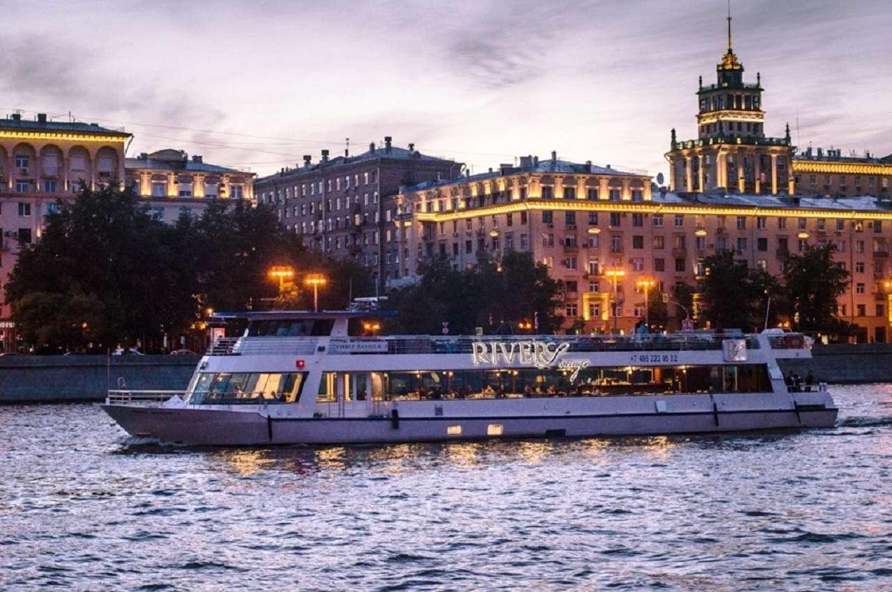 Экскурсия по Москве-реке на панорамном теплоходе«RiverLounge»спитаниемна борту