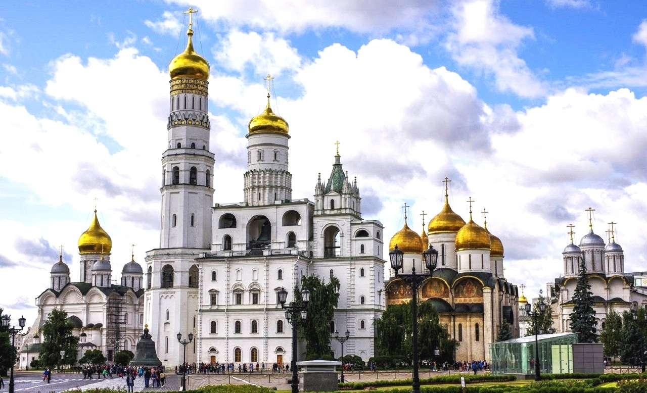 Территория Кремля в Москве