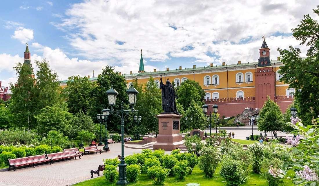 Памятник патриарху Ермогену (Гермогену) в Александровском саду
