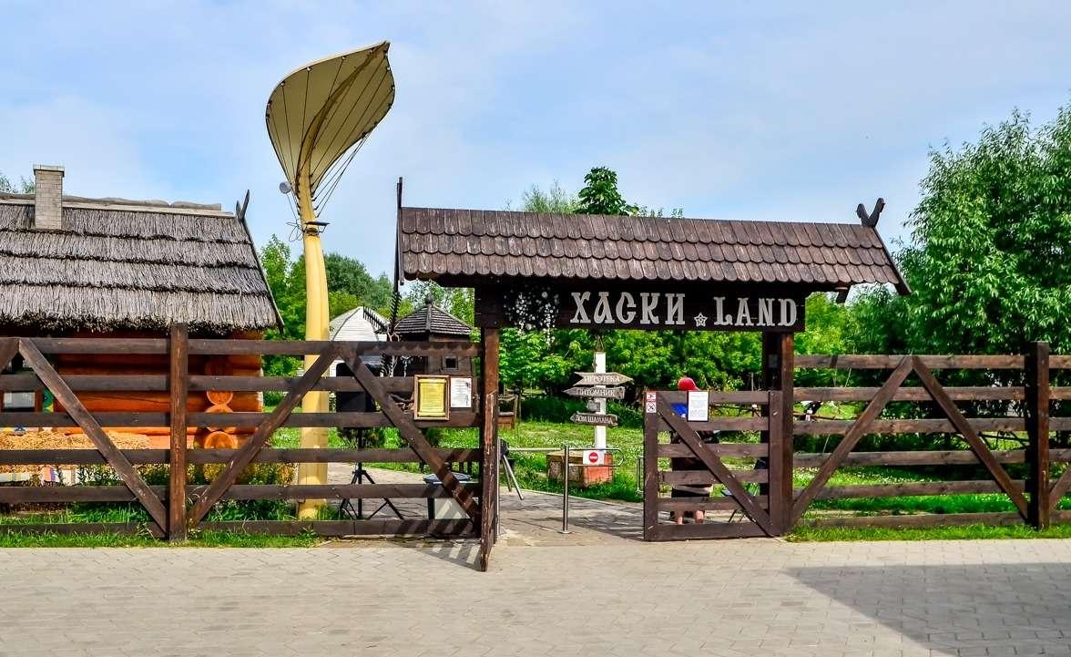 Хаски лэнд в парке Сказка в Москве