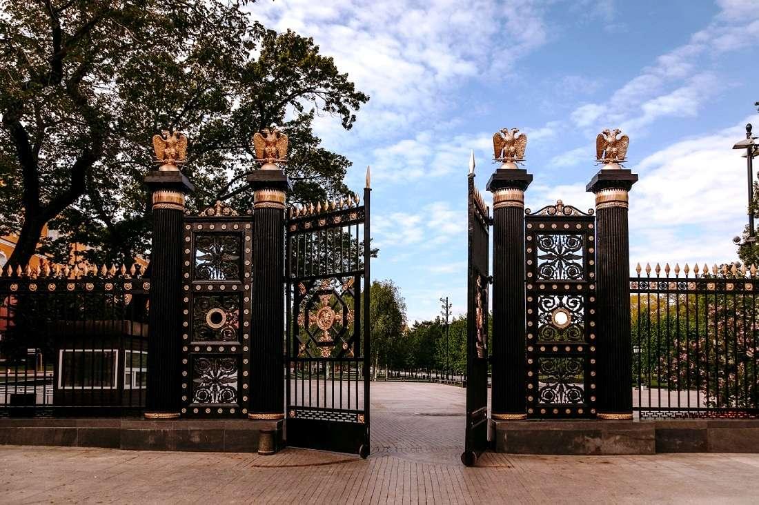 Центральные ворота в Александровском саду