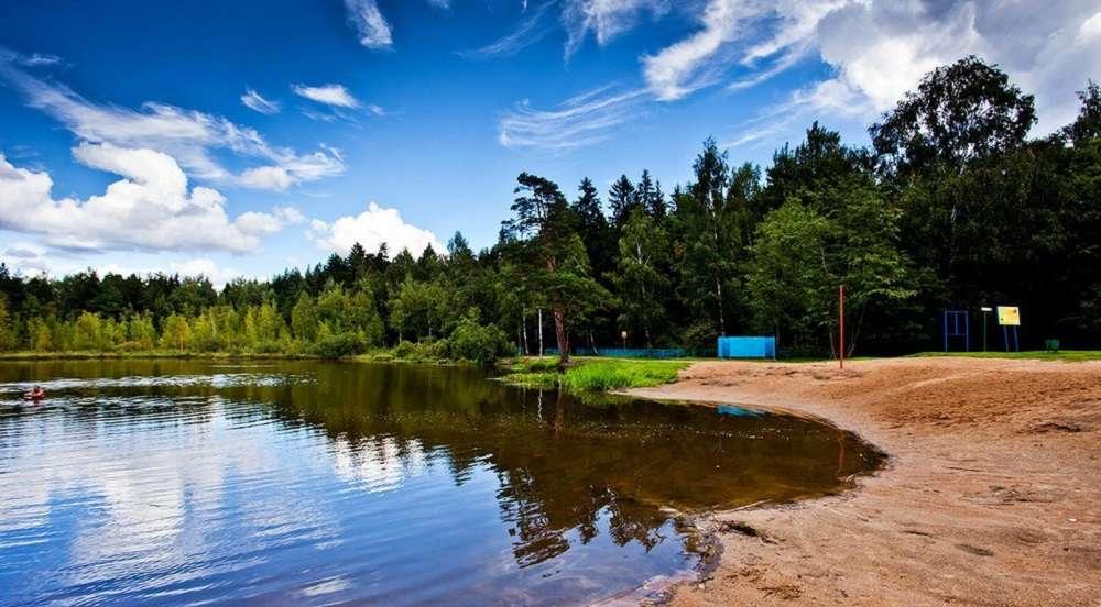 Пляж на озере Черное в Москве