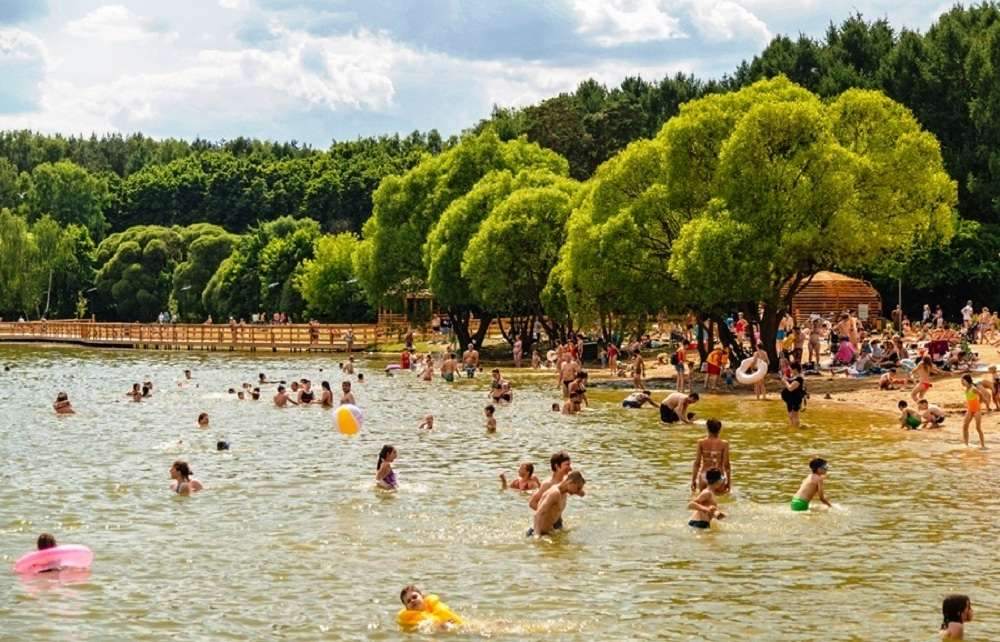 Пляж озера Мещерское в Москве