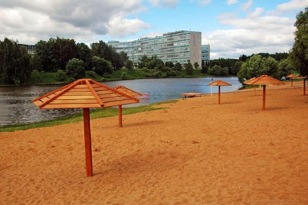 Пляж на Школьном озере в Москве