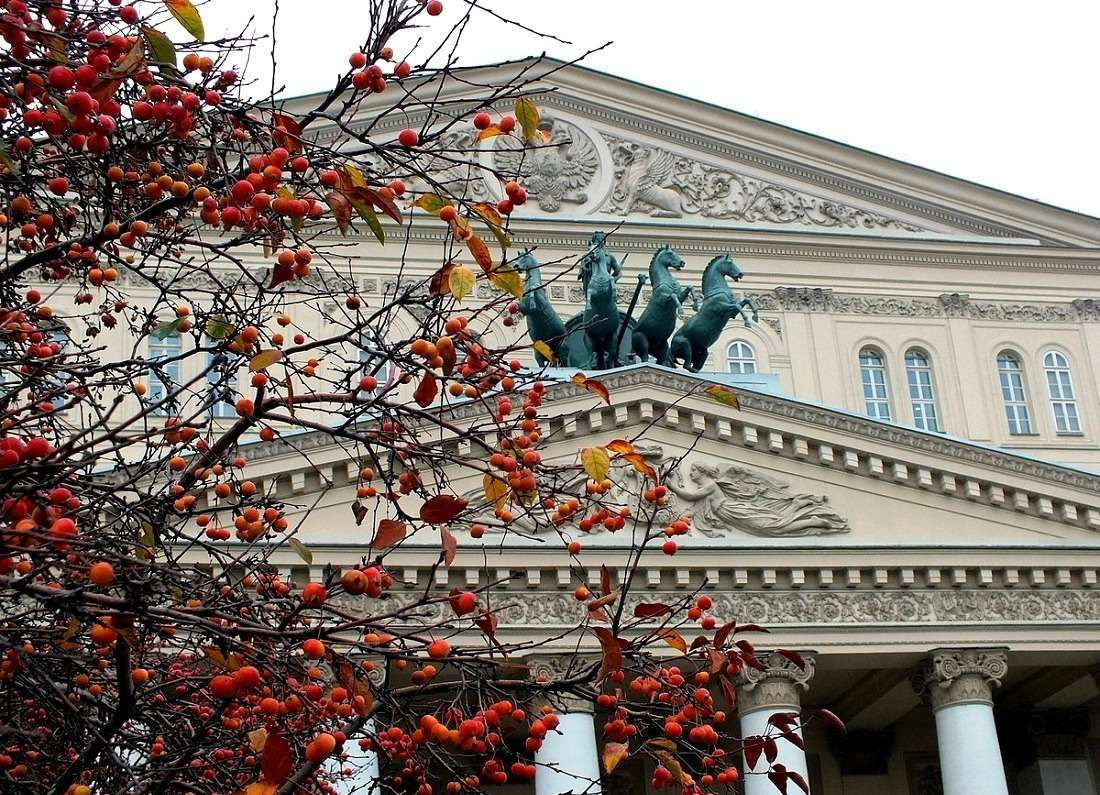 Большой театр осенью