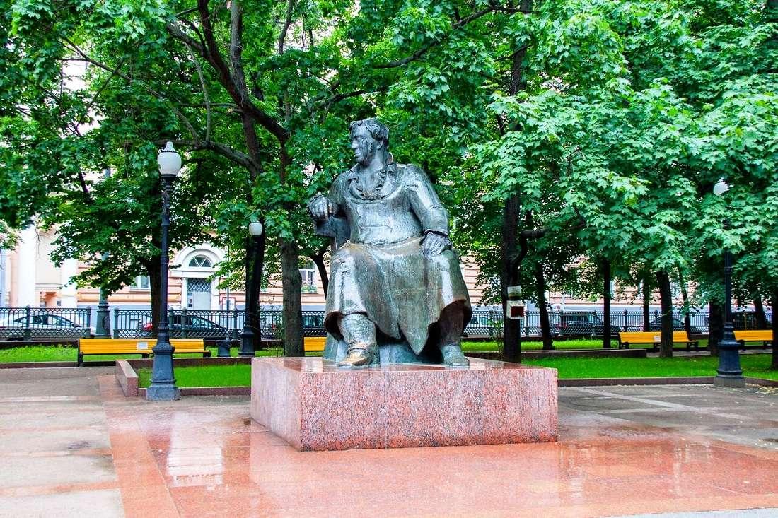 Памятник Ивану Крылову на Патриарших прудах