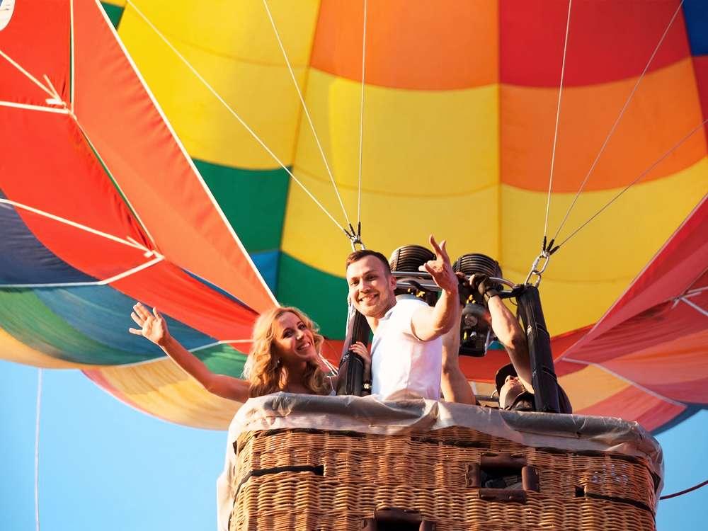 Полет на воздушном шаре с девушкой