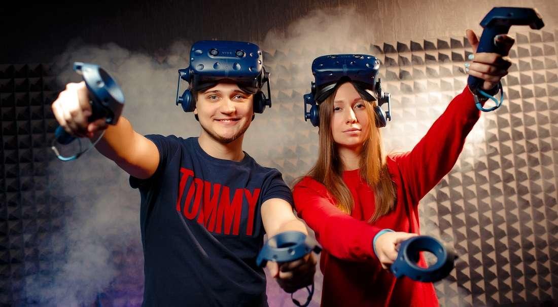 Посещение клуба виртуальной реальности с девушкой
