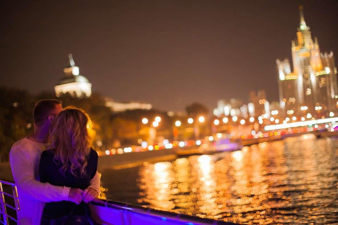 Прогулка по Москве-реке с девушкой